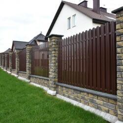 Забор из бетонных блоков Brick с заполнением из металлического штакетника