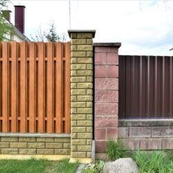 сравнение двух бетонных заборов Бессер и Brick