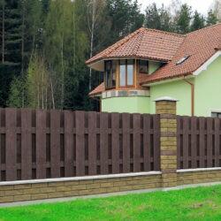 Комбинированный забор из бетонных блоков Brick и деревянного штакетника