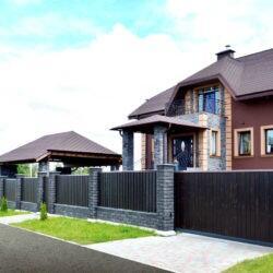 Красивый забор из бетонных колотых блоков Brick с заполнением деревянным штакетником