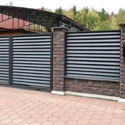 Забор из бетонных блоков Brick с заполнением жалюзи